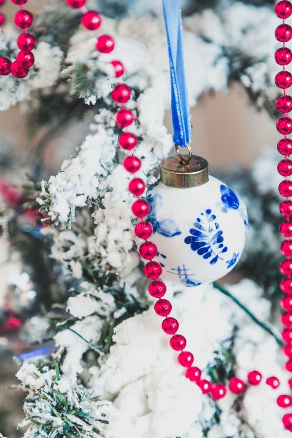 与蓝色样式的白色球在圣诞树称 免版税库存图片