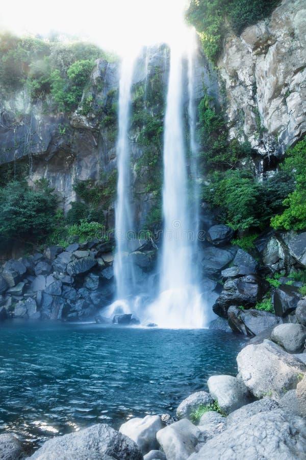 与蓝色水池的充分的Joengbang瀑布在西归浦,济州海岛,韩国 图库摄影