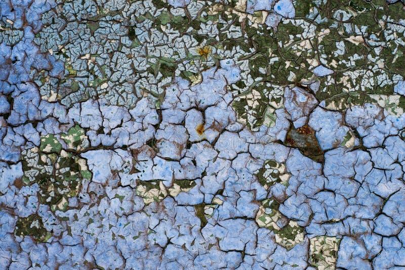与蓝色油漆剥落的和裂化的纹理的生锈的金属表面 库存图片