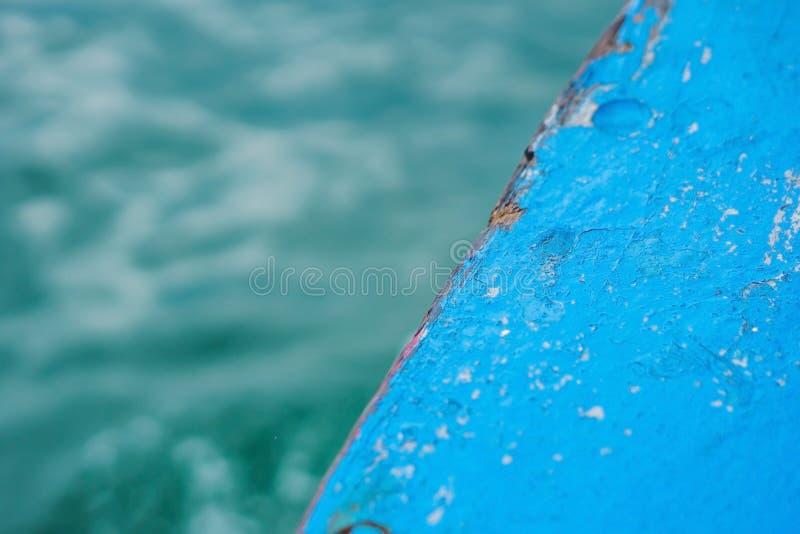 与蓝色油漆和海的木头 库存照片