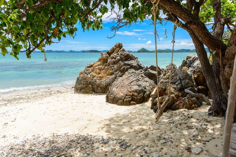 与蓝色海的白色沙子海滩KohKham的 免版税图库摄影