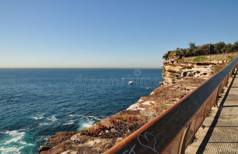 与蓝色海的美丽的海洋海岸Watsons海湾监视的,悉尼,澳大利亚 库存照片