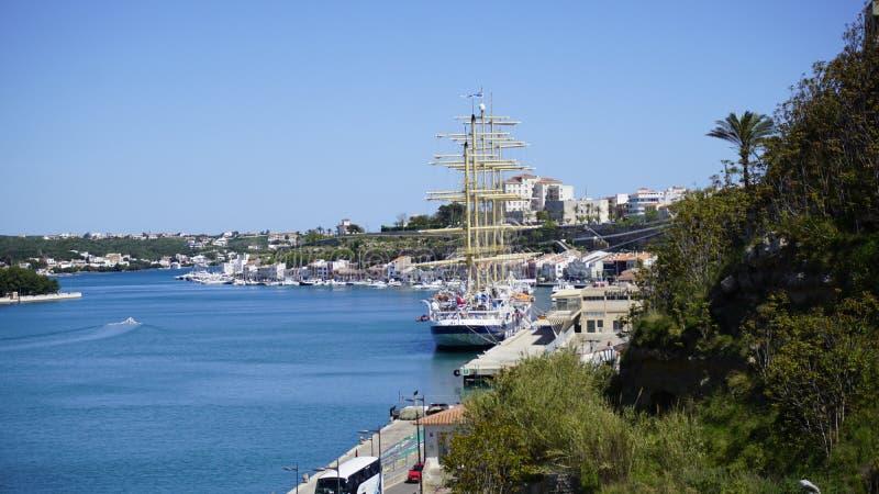 与蓝色海的蓝天有绿色自然的 梅诺卡岛西班牙 免版税库存照片