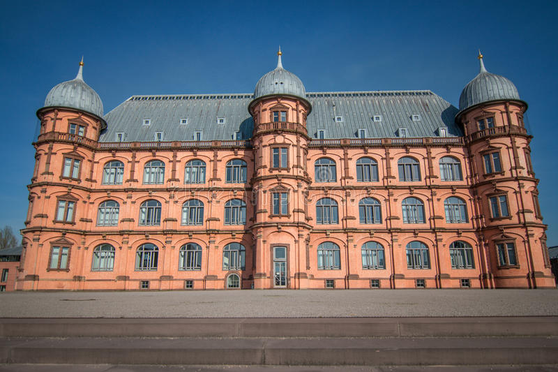 与蓝色清楚的天空的城堡Gottesaue 免版税图库摄影