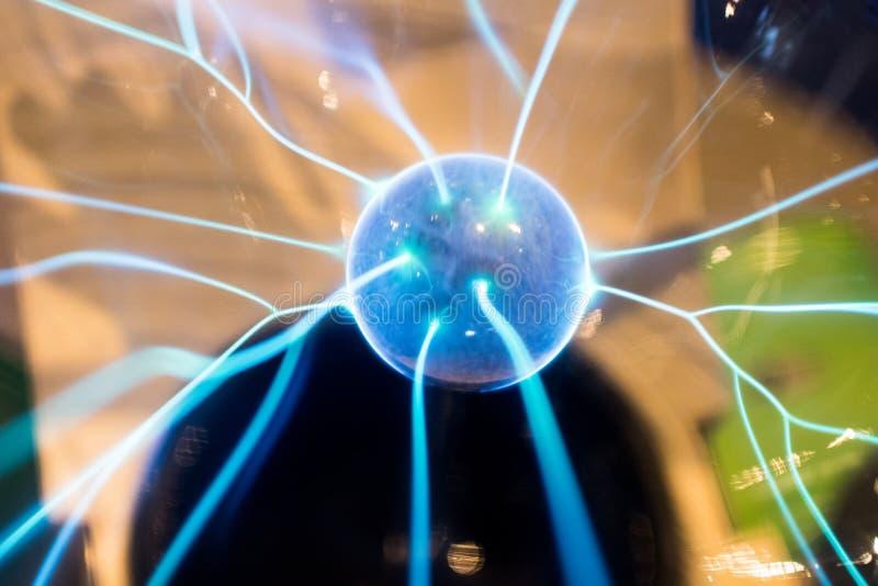 与蓝色火花和螺栓的电球形产物等离子 Scienc 免版税库存照片