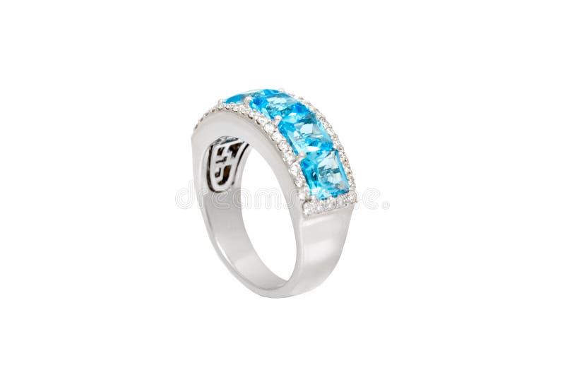 与蓝色珍贵的宝石的钻戒 在白色背景的白色金黄圆环 时尚豪华辅助部件 免版税图库摄影