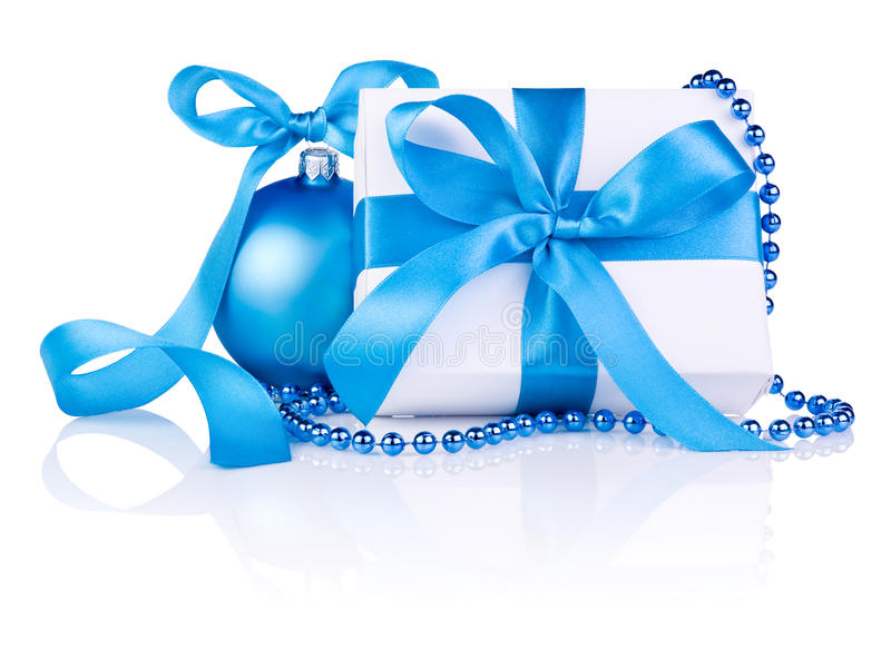 与蓝色球,丝带弓,小珠的圣诞节礼品 免版税库存图片