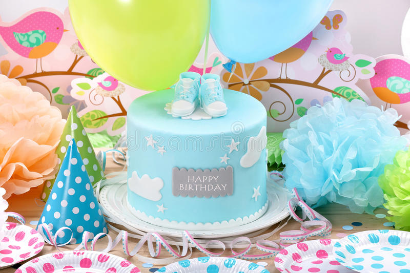 与蓝色蛋糕和气球的生日聚会 库存图片