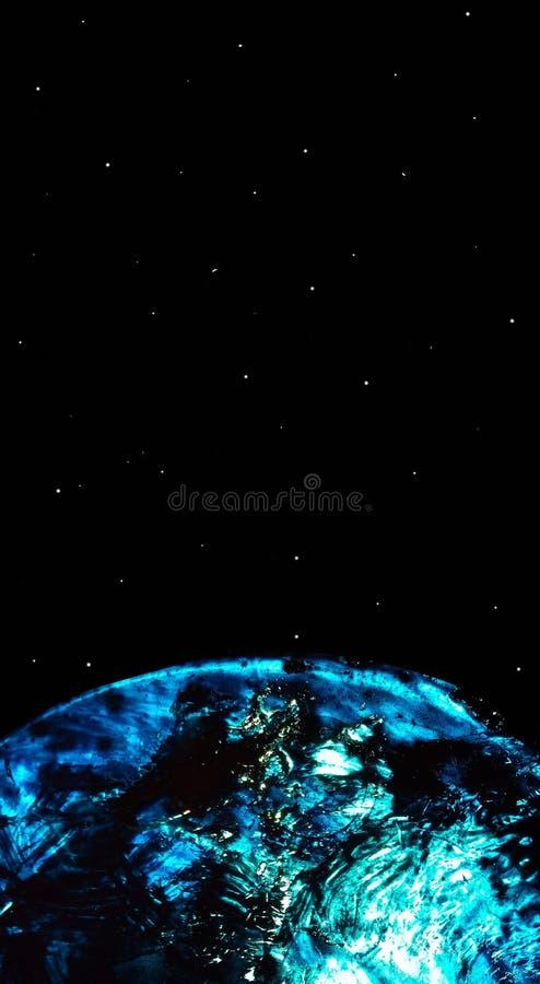 与蓝色行星和满天星斗的天空的抽象黑背景 半行星从流动轻的丙烯酸漆被创造 皇族释放例证
