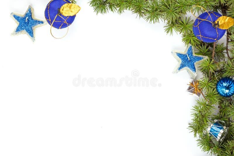 与蓝色装饰物和星的圣诞节装饰 免版税库存图片