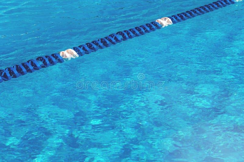 与蓝色通路标志的游泳场水 库存图片