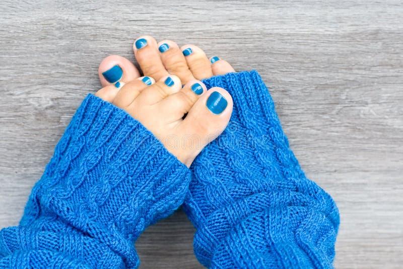 与蓝色钉子修指甲的英尺 免版税库存照片