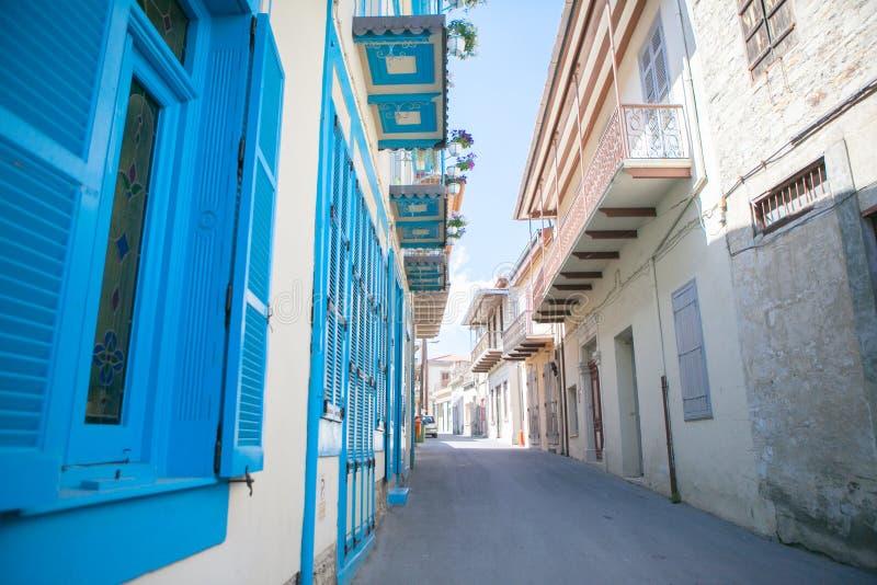 与蓝色门的传统希腊建筑学在市在圣托里尼,希腊,欧洲海岛上的Pyrgos  库存照片