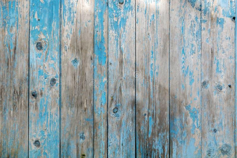与蓝色颜色削皮油漆的葡萄酒木背景 免版税图库摄影