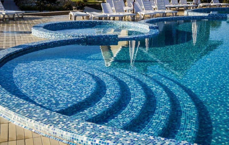 与蓝色马赛克的游泳池 免版税图库摄影