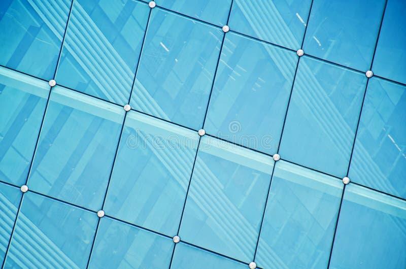 与蓝色玻璃的现代大厦 免版税库存照片