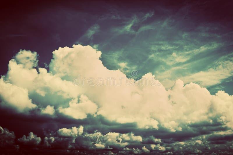 与蓬松云彩的天空。减速火箭,葡萄酒 库存照片