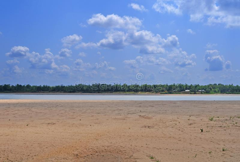 与蓬松云彩的河天空 库存照片