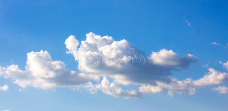 与蓬松云彩的简单的美丽的阴沉的天空蔚蓝在夏天早晨和平天作为背景 免版税图库摄影