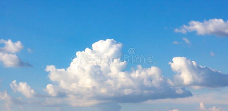 与蓬松云彩的简单的美丽的阴沉的天空蔚蓝在夏天早晨和平天作为背景 免版税库存照片