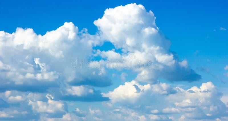 与蓬松云彩的简单的美丽的阴沉的天空蔚蓝在夏天早晨和平天作为背景 免版税库存图片