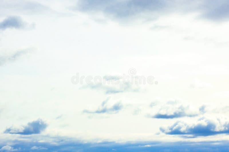 与蓬松云彩的美丽的阴沉的天空蔚蓝在夏天早晨作为背景的和平天 向量例证