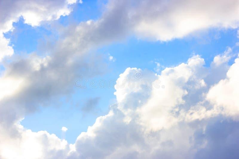与蓬松云彩的美丽的阴沉的天空蔚蓝在夏天早晨和平天作为背景 库存照片
