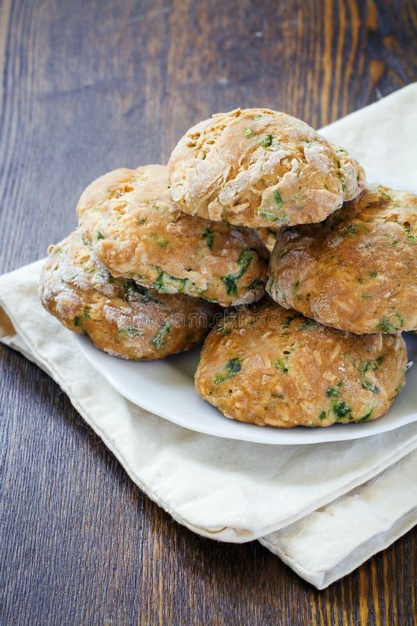 与蓬蒿和巴马干酪的曲奇饼 图库摄影