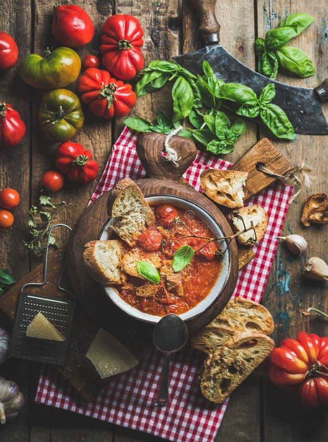 与蓬蒿,面包,帕尔马干酪的意大利蕃茄和大蒜汤 免版税库存图片