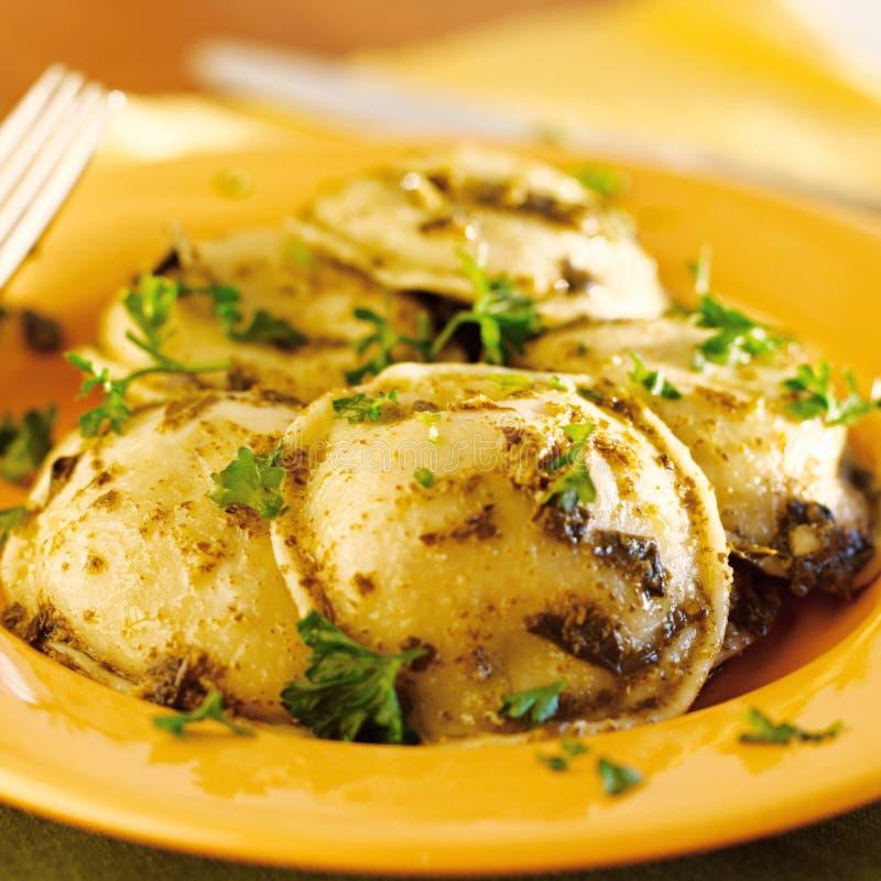 与蓬蒿pesto的馄饨意大利面食 图库摄影