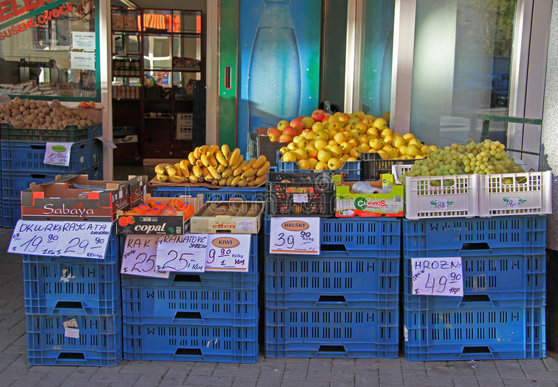 Download 与蔬菜和水果的室外立场在布尔诺,捷克语 编辑类库存照片. 图片 包括有 棚车, 食物, 容器, 南瓜, 欧洲 - 72358358
