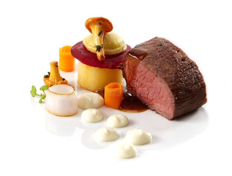 与蔬菜和canterellas的烤牛排 免版税库存照片