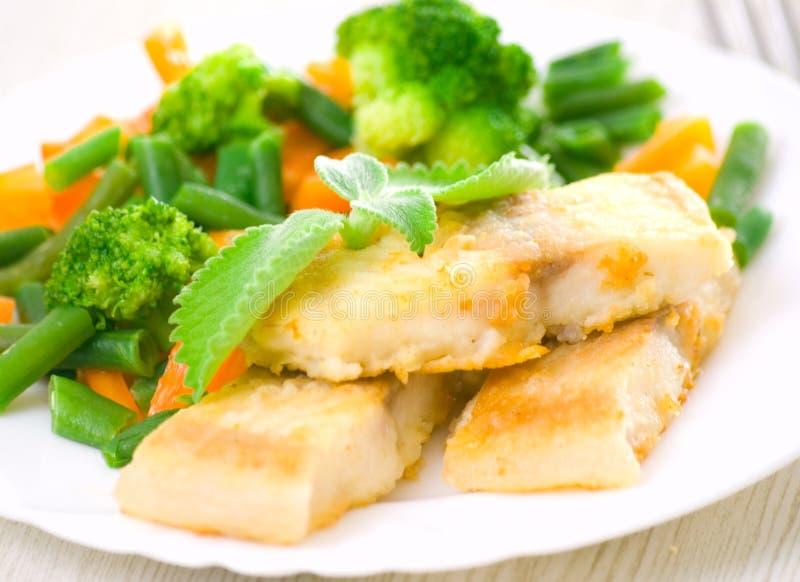 与蔬菜的油煎的鱼 免版税库存照片