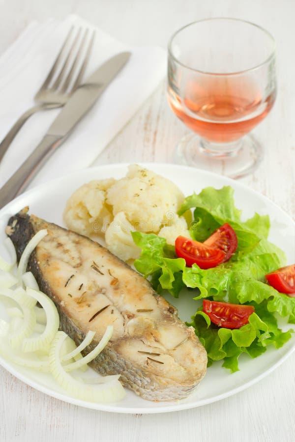 与蔬菜的鱼在牌照 免版税库存图片