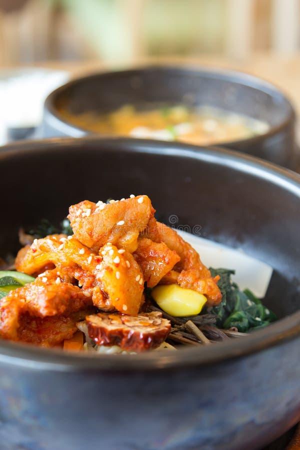 与蔬菜辣搅动油煎的猪肉混合的米 免版税库存照片