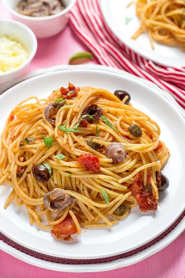与蕃茄、橄榄、雀跃和鲥鱼意粉alla的面团 免版税库存照片