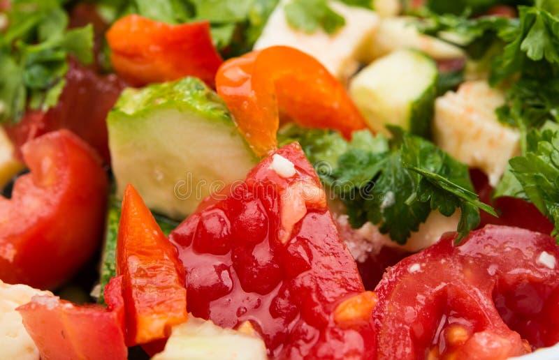 与蕃茄、黄瓜和乳酪立方体的沙拉 免版税库存照片