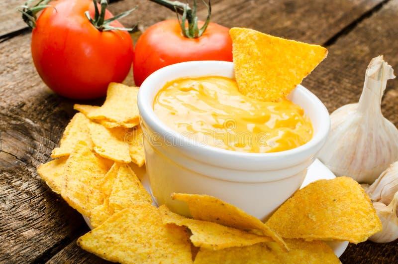 与蕃茄和乳酪大蒜垂度的玉米片 库存照片