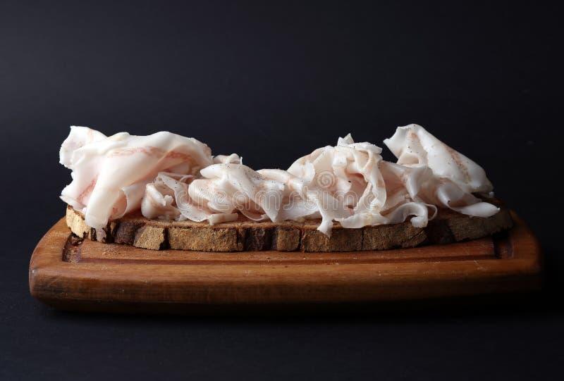 与薄片的三明治盐味的猪油 库存图片