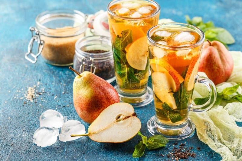 与薄荷叶和梨的冰茶 免版税库存图片
