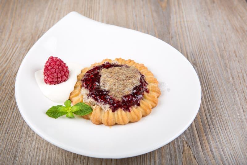 与薄菏和杏仁奶油的可口莓蛋糕 免版税库存照片
