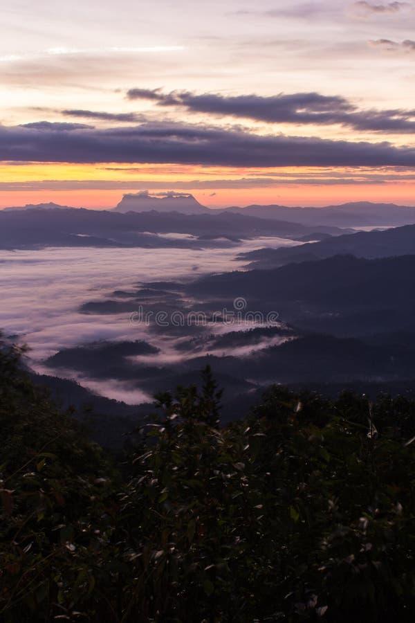 与薄雾海的陨石与土井Luang城镇Dao的 免版税库存图片