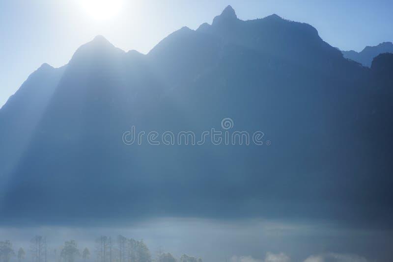 与薄雾的山背景 免版税库存照片