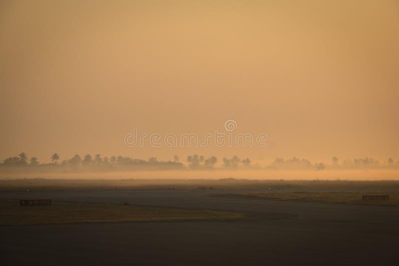 与薄雾的日出在贝拉机场 免版税库存照片