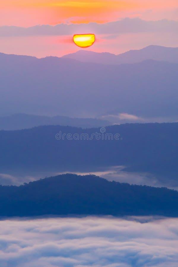 与薄雾的日落俯视的山 免版税库存图片