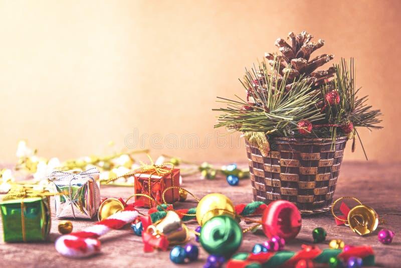与藤茎杉木、礼物盒、雏菊花、糖果球和装饰的圣诞节和新年木背景横幅在葡萄酒木头 库存照片