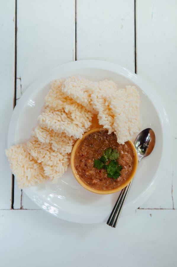 与虾tammarind花生调味汁的泰国酥脆年糕 库存照片