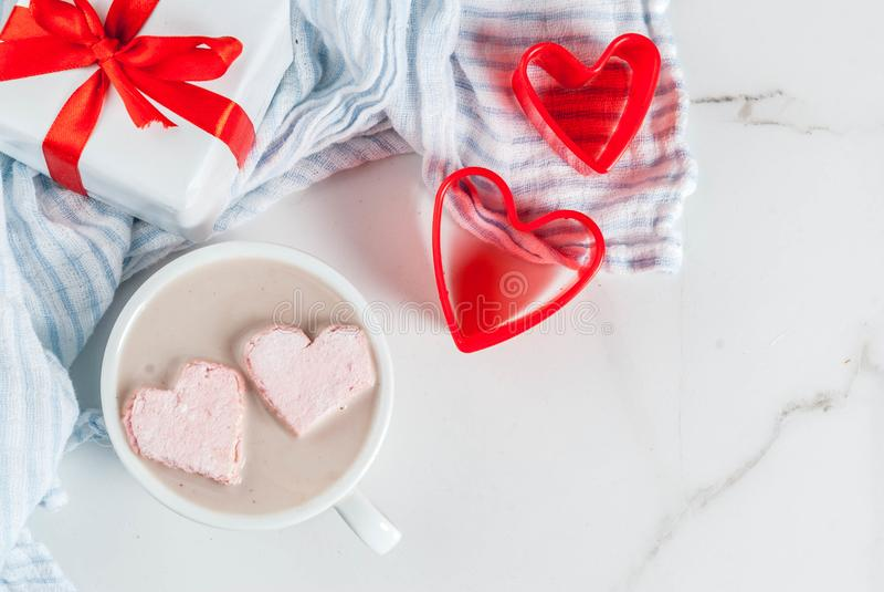 与蛋白软糖心脏的热巧克力 免版税库存照片