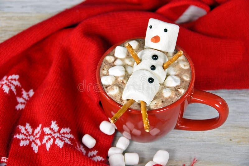 与蛋白软糖雪人的热巧克力饮料 免版税库存照片