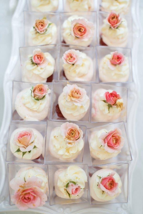 与蛋糕和杯形蛋糕装载的表在箱子 免版税库存照片